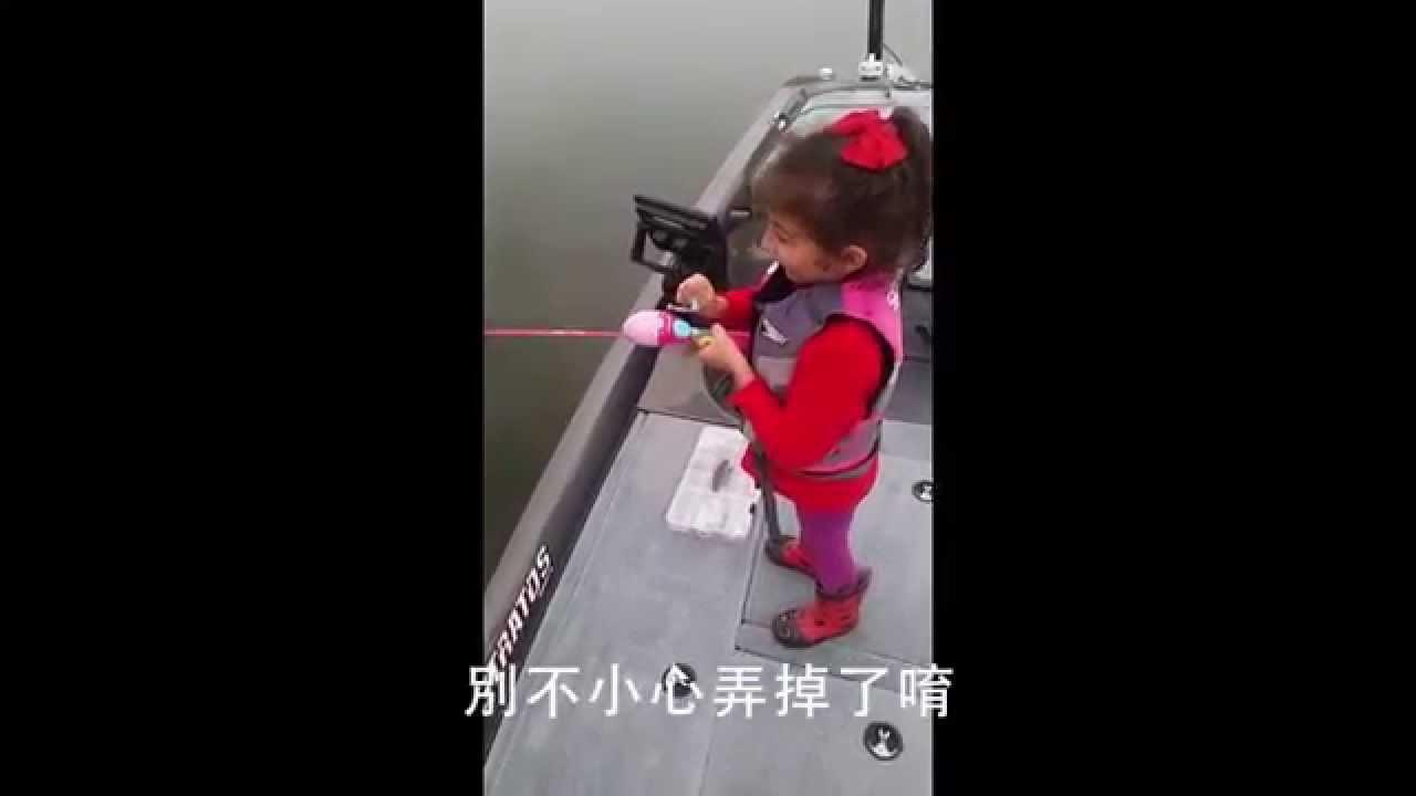 小女孩用玩具釣竿和老爸一起釣魚,結果釣到了一條超巨大的…